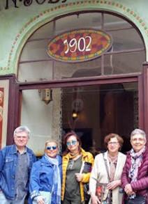 Aquí con María Rosa Cardona, autora de este reportaje y otras miembros del geupo de lectores que participaron